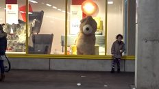 The Remi Family: Mega Teddybeer komt tot leven
